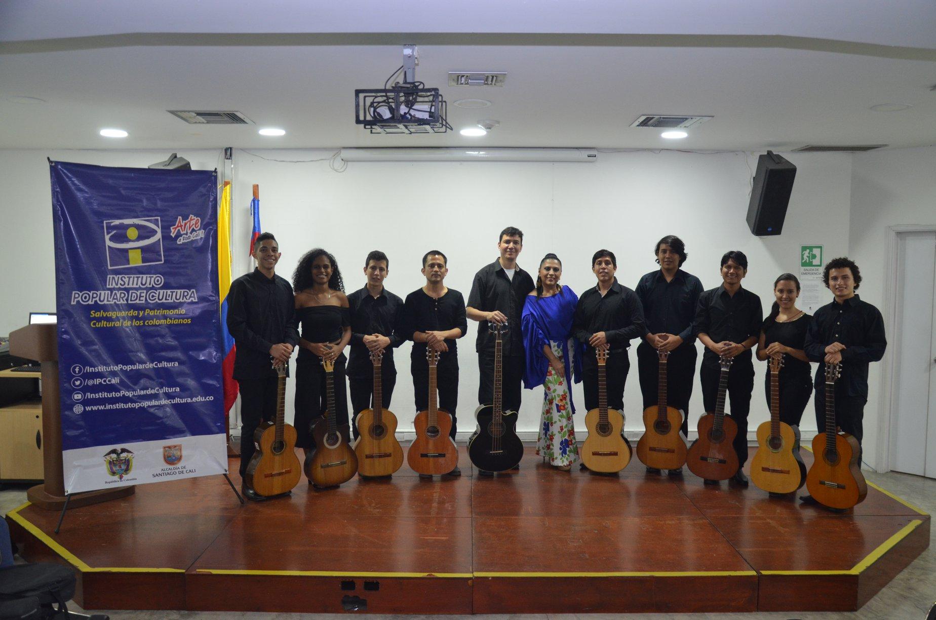 En la foto: María del Pilar Meza Díaz junto a la orquesta de guitarras de la institución y su director, el maestro Nelson Mera